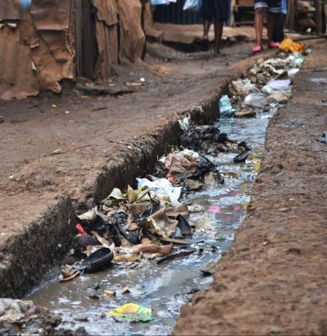 manila canal in slum